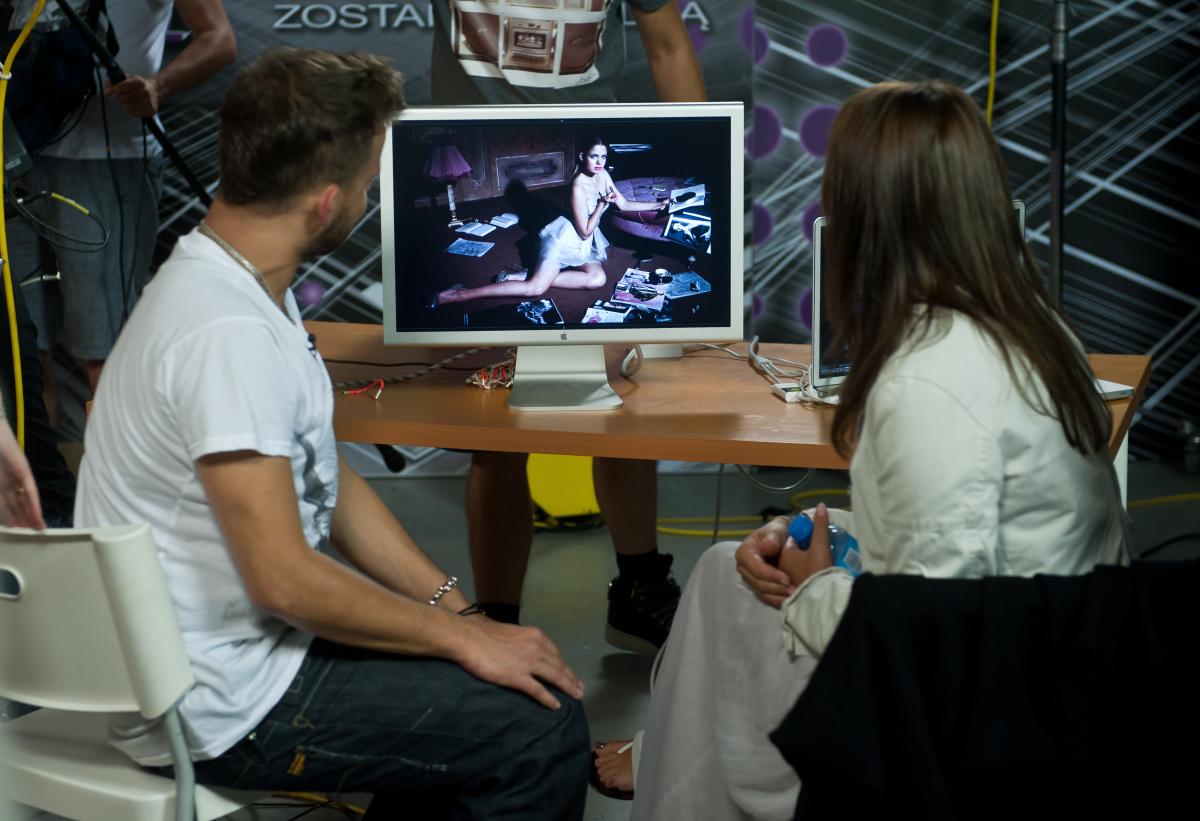 Michał ogląda zdjęcia Olgi